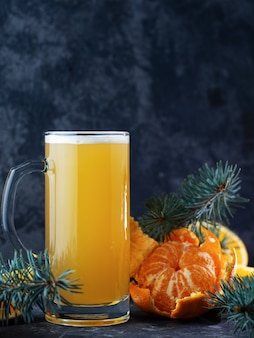 Изготовление ограниченного выпуска рождественского апельсинового и мандаринового пивного эля на темном столе