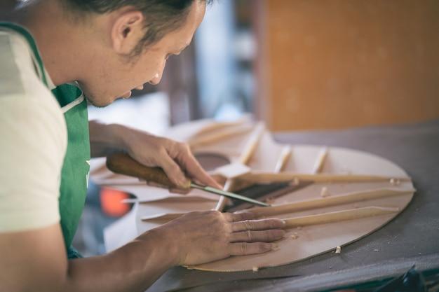 나무 테이블, capenter 작업 개념에 기타를 만드는 공예 남자