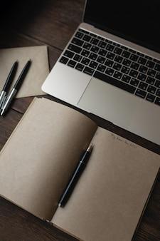 ノートパソコンの横にペンを置いて、「2021年の私の計画」という言葉を使ってノートを作成する