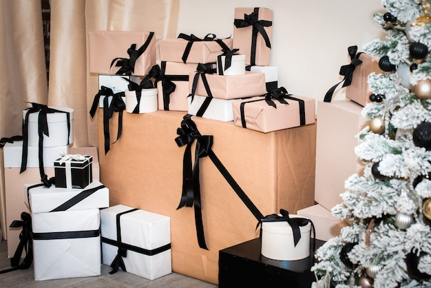 선물용 공예 포장. 베이지, 화이트, 블랙. 포장의 용이성. 제로 폐기물, 친환경. 크리스마스 트리