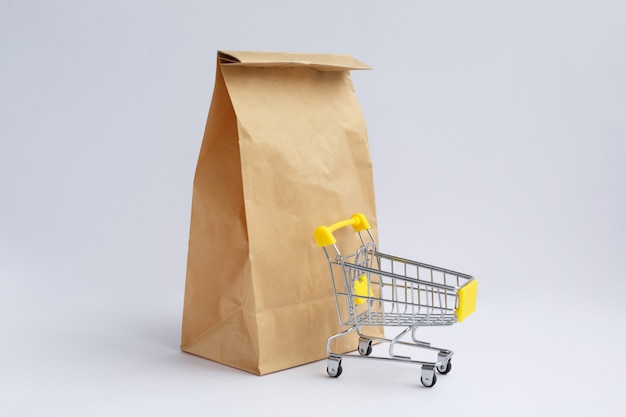 ショッピングや小さな食料品のカート用のクラフト紙袋