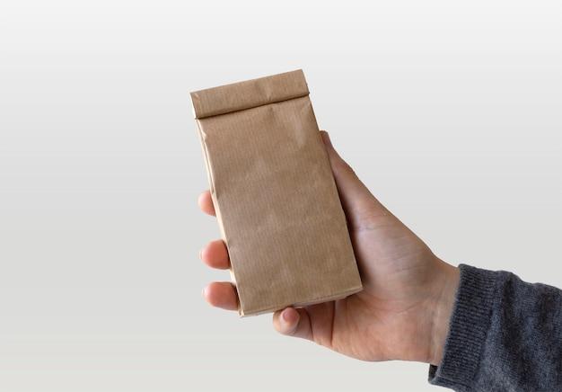 手にクラフト紙袋