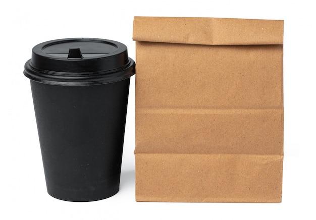 白い背景の上のコーヒーカップとクラフトペーパーバッグ