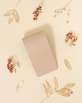 Крафт-бумага пустые страницы украшены натуральными осенними листьями концепция осеннего образования