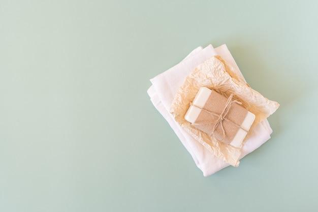 Крафт-бумага, хлопчатобумажная ткань, мыло, на зеленом фоне.
