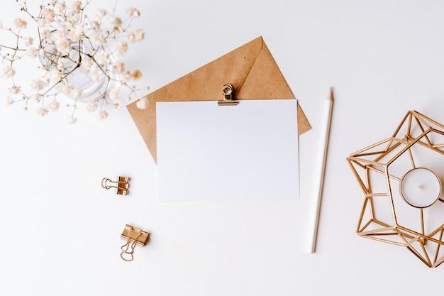 白紙のクラフト紙封筒