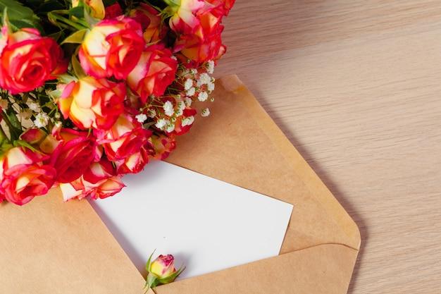 Конверт из крафт-бумаги с букетом цветов, пустая открытка на день матери