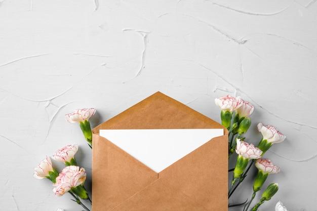 Конверт из крафт-бумаги с букетом цветов