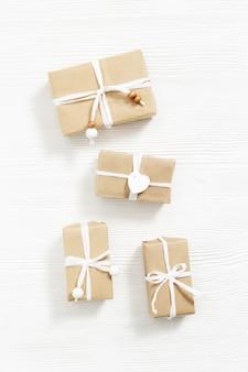 Подарок из крафт-бумаги, праздничный домашний подарок для друзей или семьи. плоская планировка. вид сверху.