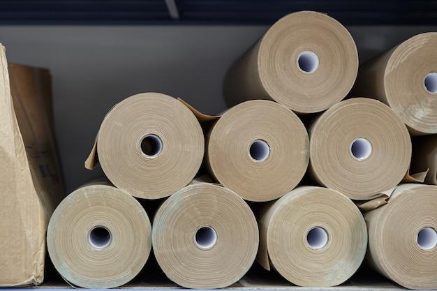 倉庫の棚に折りたたまれたクラフト紙ロール