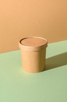 緑と茶色の紙にクラフトペーパースープカップ