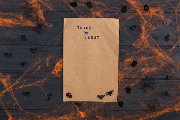 Крафт-бумага с эффектами паутины и украшением пауков