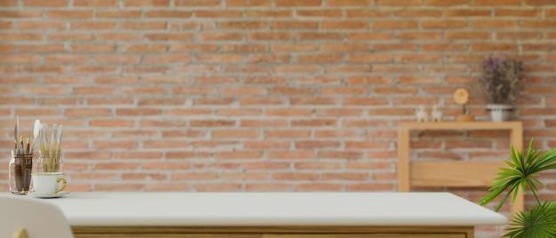 Ремесленный стол с копией пространства и инструментами для рисования в домашнем офисе на фоне кирпичной стены, 3d-рендеринг, 3d-иллюстрация