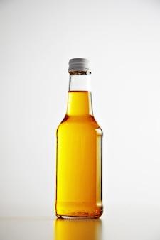 ラベルのないボトルを閉じて金属キャップで密封するクラフト