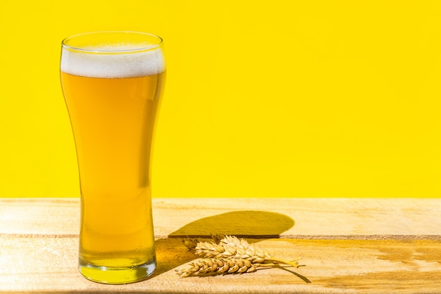 Пиво. холодное craft светлое пиво в стакане с каплями воды. пинта пива. концепция октоберфест.