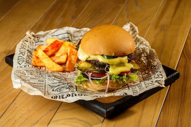 Craft говяжий гамбургер и картофель фри на деревянном столе