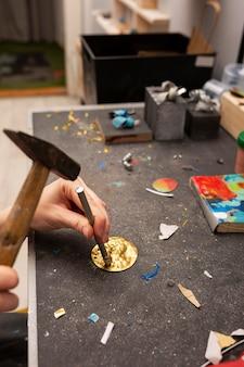 Lavorazione in un pezzo di metallo dorato