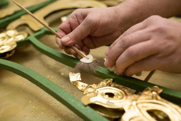 金箔を扱う職人の手。