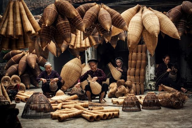 오래 된 마을, hung yen, 베트남에서 대나무 물고기 함정을 만드는 장인