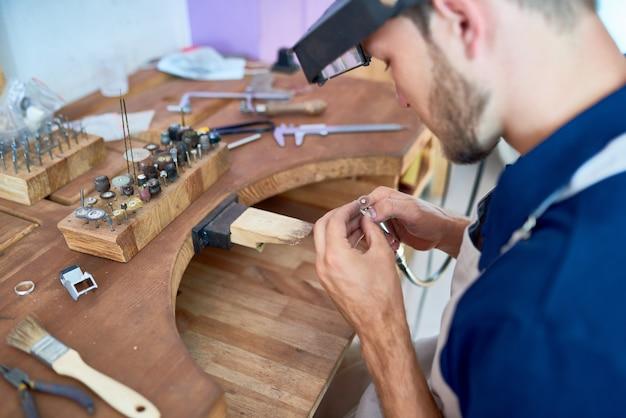 Мастер изготовления ювелирных изделий в мастерской