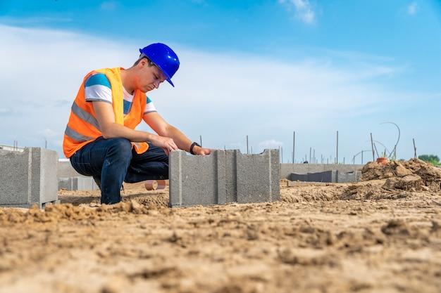 建物の基礎の建設に関する職人。コピースペース