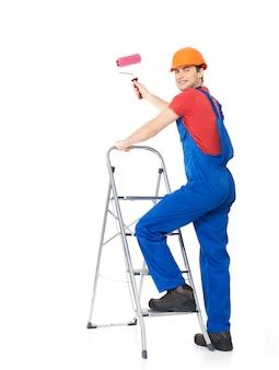 職人の画家は、白い背景の上の完全な肖像画、ブラシで階段に立っています