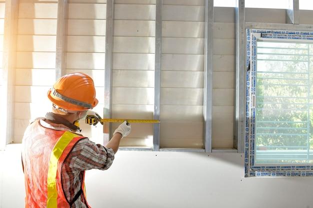 Мастер, сантехник, рабочий-строитель с панелью, рабочий-строитель во время стены, рутина рабочего-строителя.