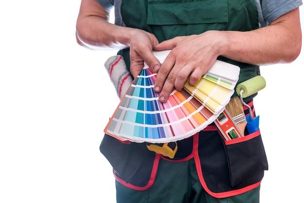 Мастер показывает красочный образец, изолированные на белом фоне