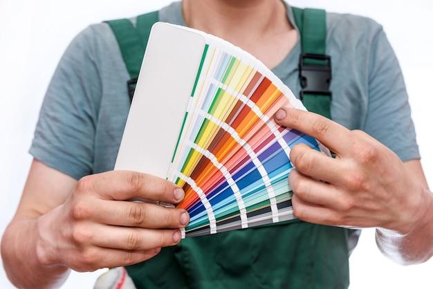 Ремесленник показывает красочный образец изолированы