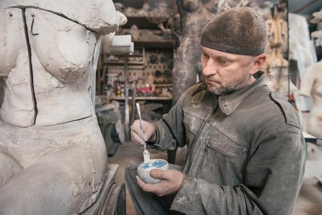 Ремесленник работает в своей мастерской