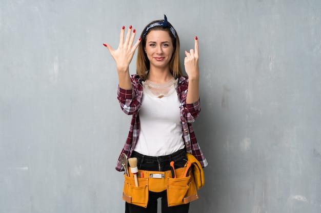 Ремесленники или электрик женщина, считая шесть с пальцами