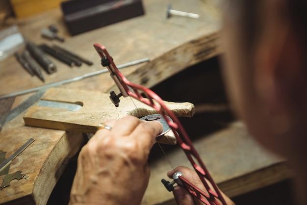 워크샵에서 일하는 craftswoman