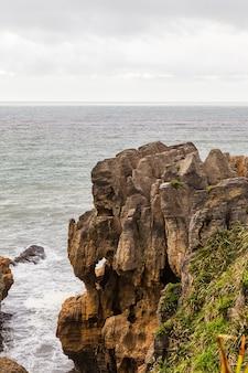 울퉁불퉁 한 해안 팬케이크 록스 파파 로아 국립 공원 뉴질랜드 남섬