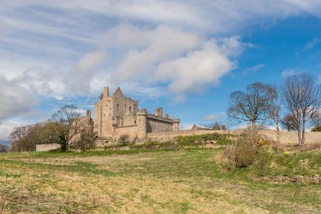 Замок крейгмиллар сохранившийся замок в эдинбурге, шотландия