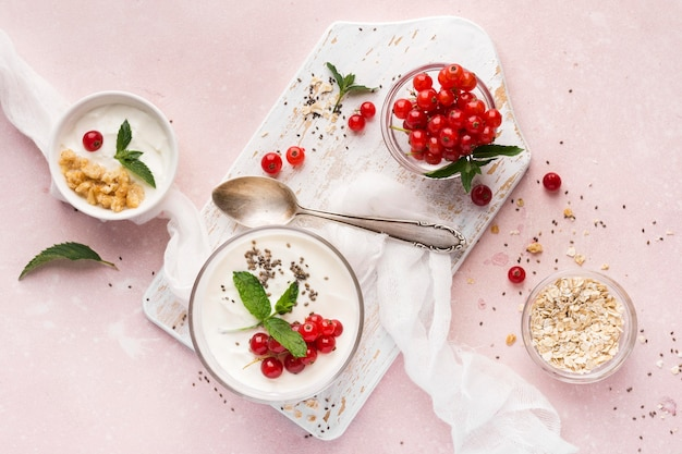 Концепция образа жизни био еда клюква и йогурт
