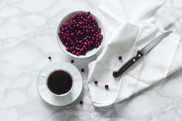 コーヒーカップとクランベリーカウベリー