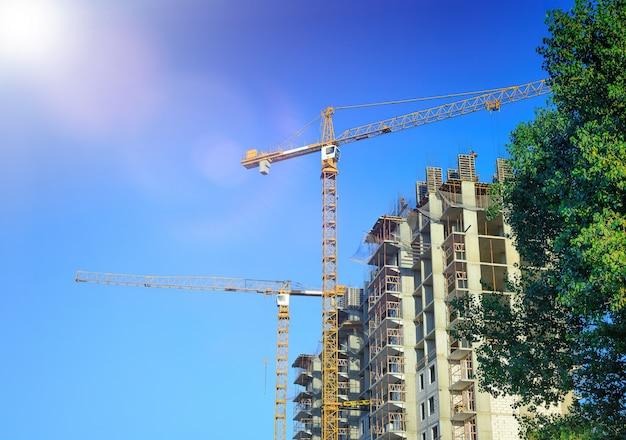 住宅建築のクレーンと労働者