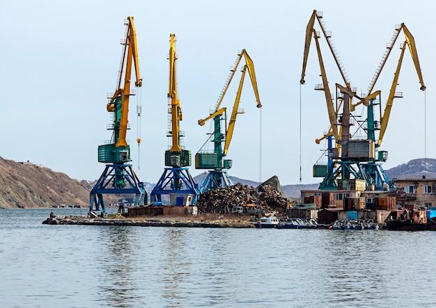 캄차카의 항구에있는 스크랩 야드에서 크레인