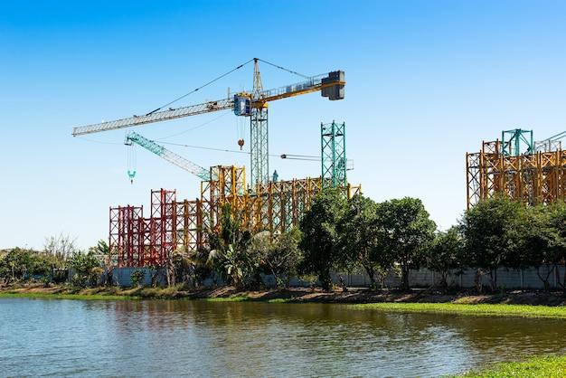 青空背景の建設現場設備用クレーン