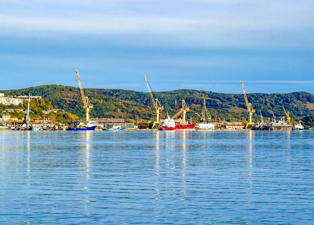 Кран в морском порту в авачинской бухте на камчатке