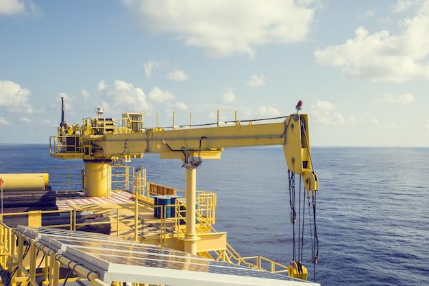 해양 산업 석유 및 가스를 들어 올리는 크레인.