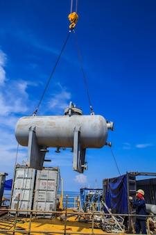 크레인 리프팅 저장 탱크 애플리케이션은 해양 산업 작업 가스 생산 파이프라인을 지원합니다.