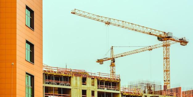 建物の建設にクレーン