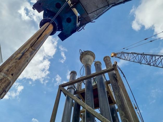 掘削杭の建設現場エリア産業機械のクレーン