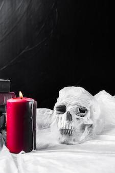 Cranium упакован в полиэтиленовый пакет и красную свечу