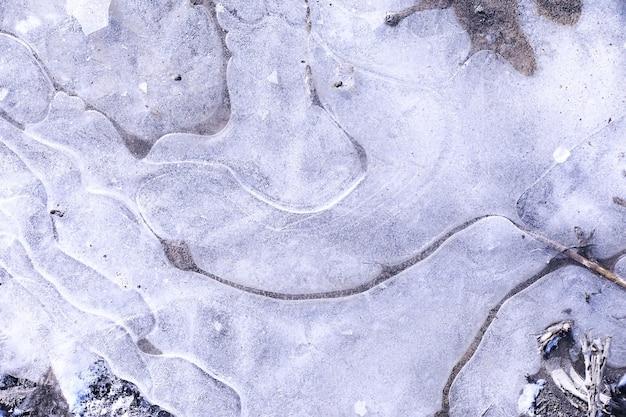 Разбитая синяя ледяная бетонная поверхность фоновой текстуры. разбитая ледяная бетонная поверхность фоновой текстуры. замерзшая ледяная поверхность озера на закате