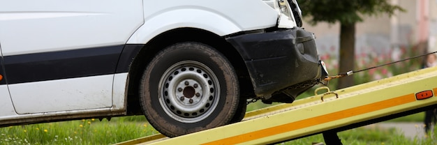 추락 된 자동차는 견인 트럭 근접 촬영에 잠겨 있습니다. 사고 개념 후 자동차 대피