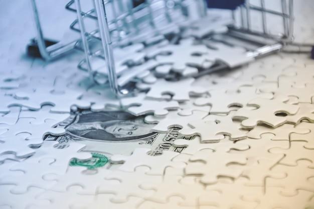 흰색 직소 퍼즐 조각이 많은 추락 한 장바구니