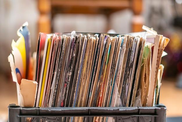 ビニールレコードコレクションで木枠を掘るb