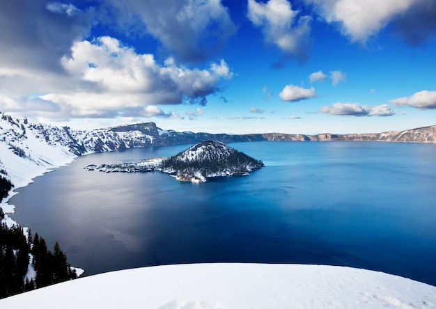 Кратерное озеро в зимний сезон